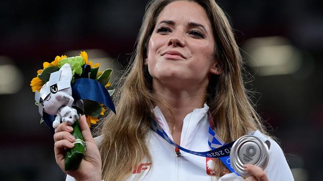 Terharu, Maria Andrejczyk Lelang Medali Olimpiade untuk Bantu Operasi Balita