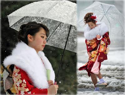 Японки, идущие в снег под зонтиками [фотоколлаж]