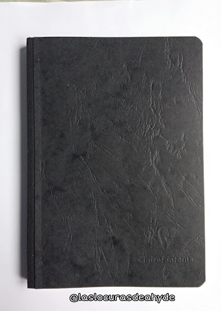 libreta de color negro de hojas blancas, tamaño A5