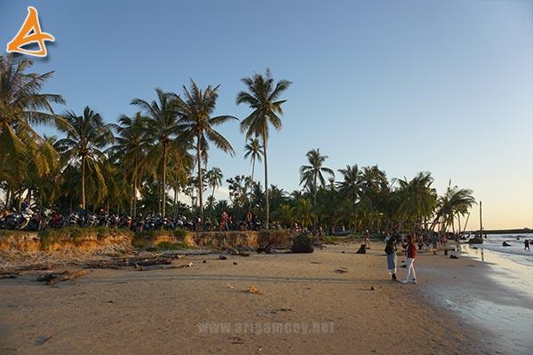 Keramaian di Pantai MJ Muara Indah Desa Arung Parak Sambas