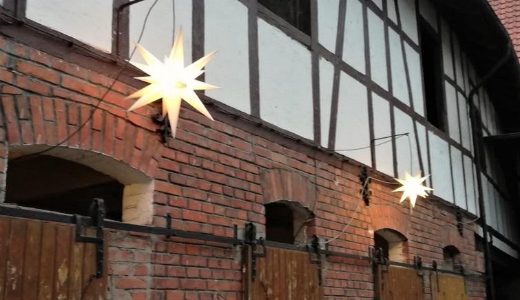 Herrenhuter Weihnachtsstern am Stall