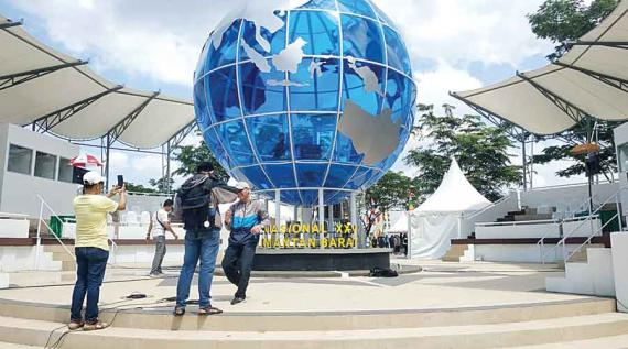 SELFIE: The pulpit of the XXV National STQ competition in the Equator Monument area is a place for selfies for visitors. IDIL AKBAR / PONTIANAKPOST