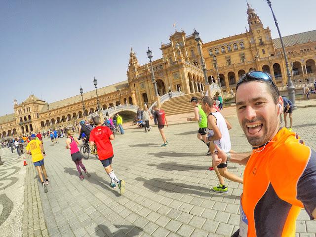 Maratón de Sevilla a su paso por la Plaza de España