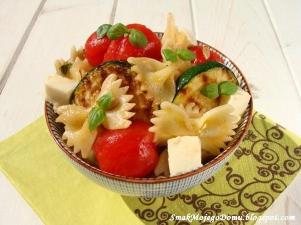 Sałatka makaronowa z pomidorami, mozzarellą i grillowaną cukinią