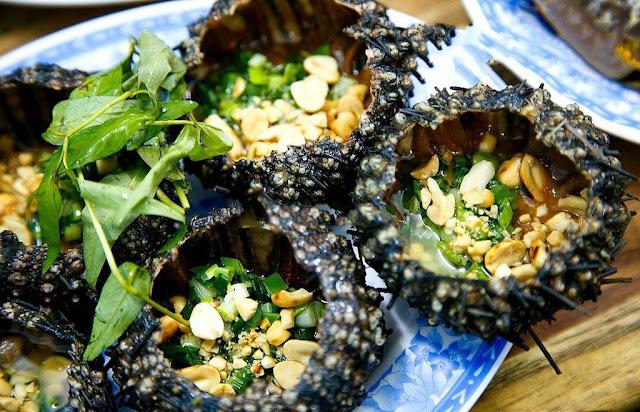 Đến Lý Sơn, ngoài chả cá đỏ, các loại hải sản như tôm hùm, cua huỳnh đế, ốc mặt trăng..., du khách không thể bỏ qua những món ngon từ tỏi như gỏi tỏi, tỏi đen, các loại rau xào tỏi đặc trưng đấy nhé!