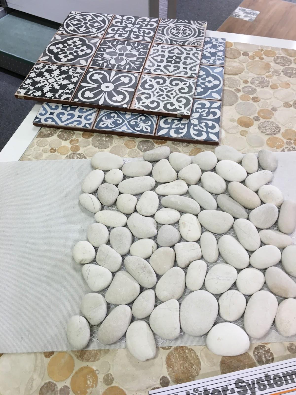 Die Weißen Steine Sind Der Boden Der Dusche Im EG