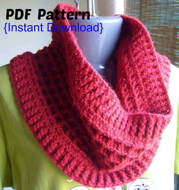 crochet waffle stitch cowl with ribbed edges