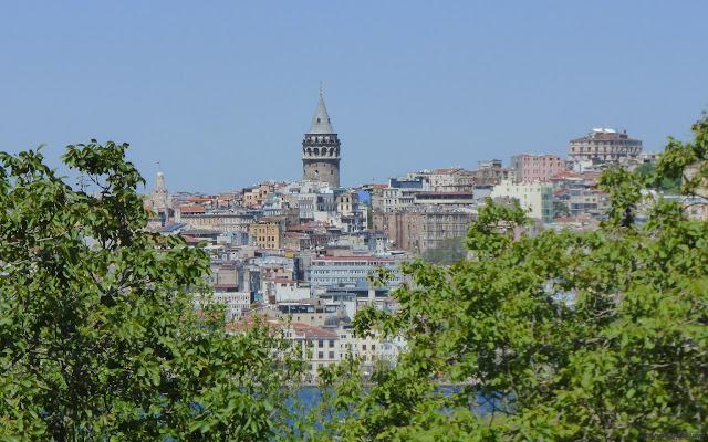 Pohľad na štvrť Galata z priestorov sultánovho Topkapi paláca, Istanbul, Turecko