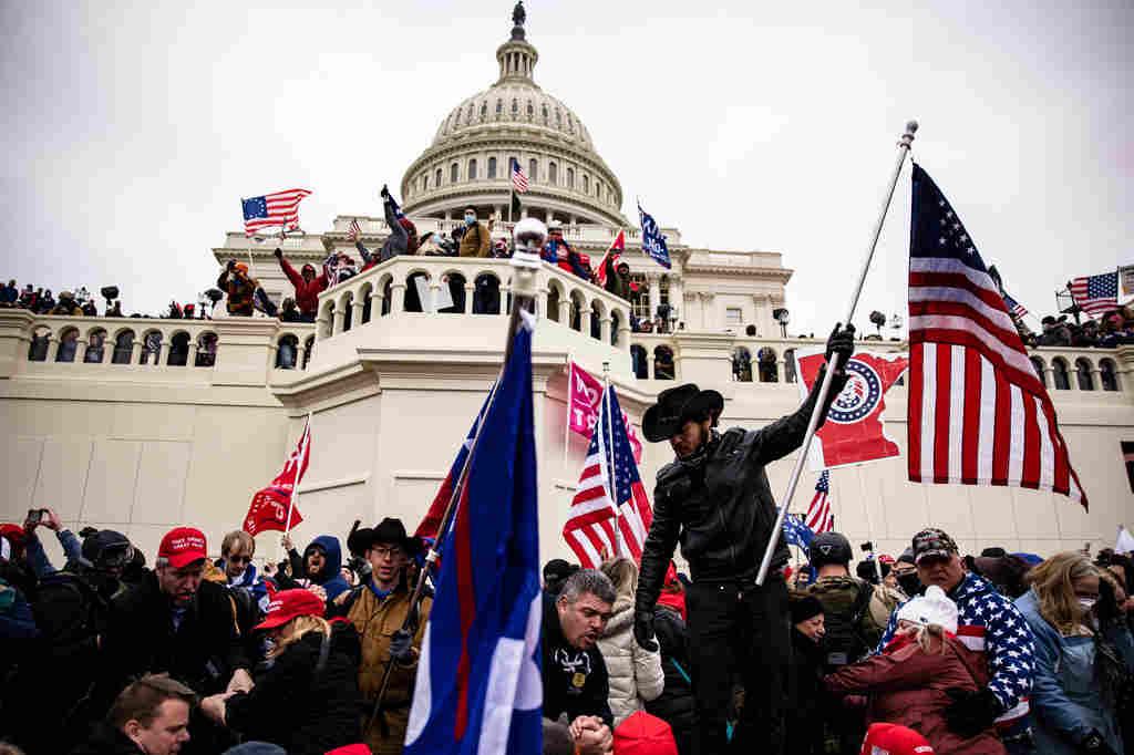 Sobre as cenas assistidas ao vivo no dia 06 de janeiro de 2021, de invasão da parte mais radical dos apoiadores de Donald Trump no Capitólio, nós nos perguntamos: vai ficar por aí ou vai continuar?