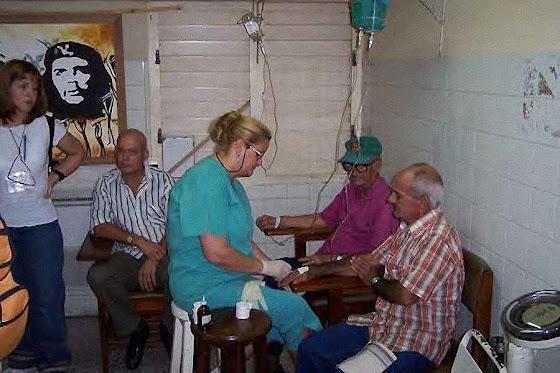 Medicina cubana: sala de emergências num posto de saúde em Cuba