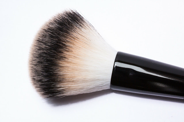 brocha de maquillaje blanca y negra
