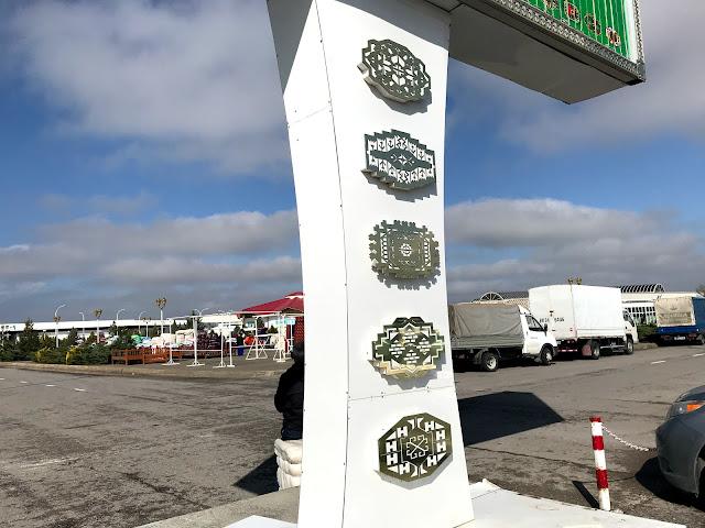 トルクメニスタンの地方で開かれていた青空市場にて見かけた5つの州旗
