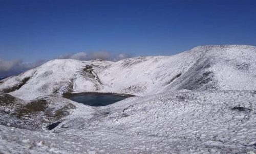 Τα πρώτα χιόνια έπεσαν στις κορυφές του Γράμμου. Τις δύο πανέμορφες φωτογραφίες ανήρτησε στη σελίδα της στο Facebook η Αετομηλίτσα, το πανέμορφο χωριό που βρίσκεται στις νότιες πλαγιές του Γράμμου είναι ένα από τα πιο ορεινά της Ηπείρου.