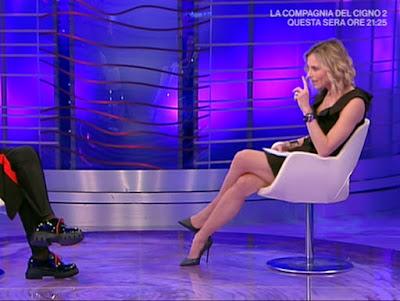 Francesca Fialdini abbigliamento conduttrice bionda da noi a ruota libera 2 maggio