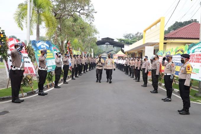 Prosesi Farewell Parade Pergantian Tampuk Pimpinan Polres Mojokerto, Belangsung Sederhana Dengan Terapkan Protoko Kesehatan