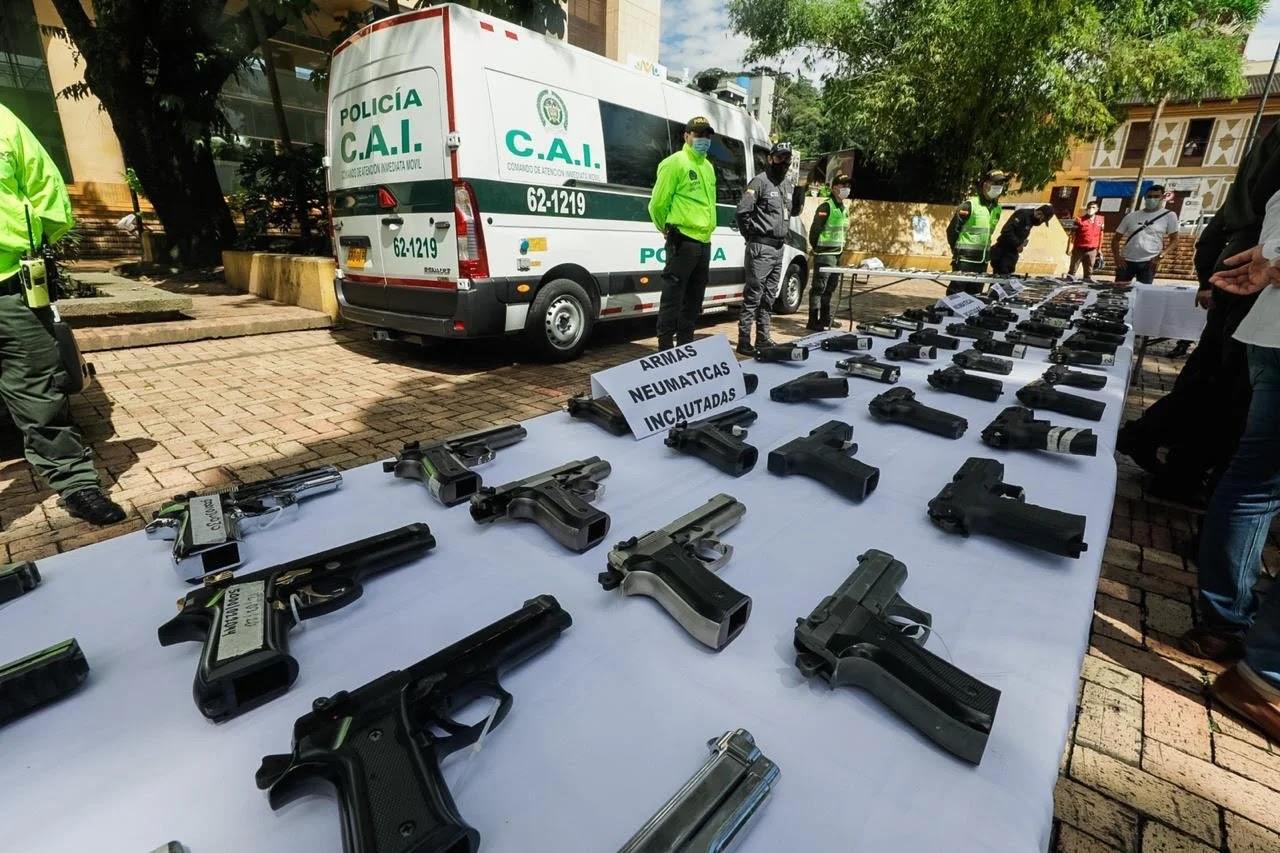 De acuerdo con las autoridades, la mayoría de los actos delictivos se vienen realizando con armas traumáticas, que son una réplica de las reales