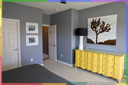 غرفة نوم رمادية مع أثاث أصفر