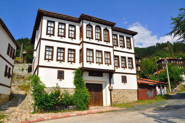 Bolu'nun sakin şehri Mudurnu'da, Osmanlı mimarisini yansıtan evleri görülmeye değer.
