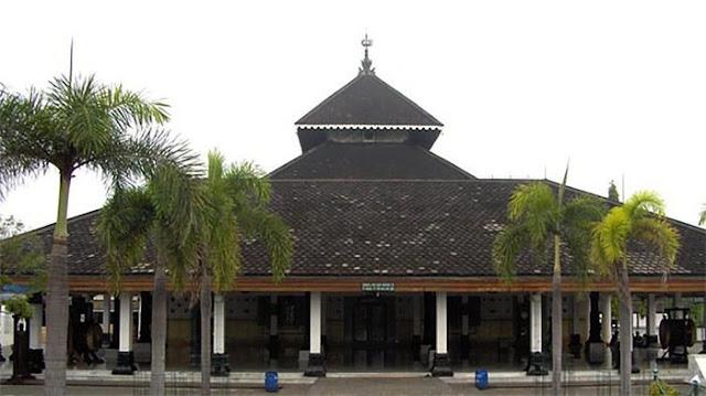 Ratusan Tahun Sejarah Masjid Beratap Segitiga di Jawa
