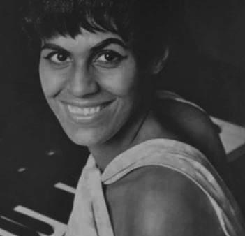 https://www.notasrosas.com/Soffy Martínez: una dama y una voz, hecha bolero