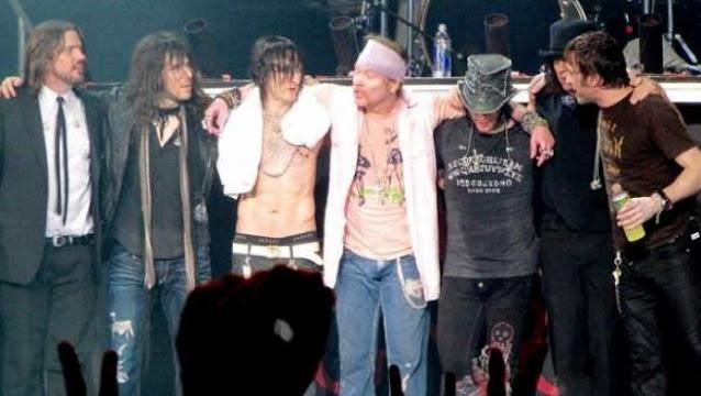 La banda Guns N'Roses, justo después de un concierto en Caracas