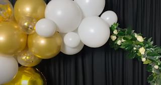 Runder Ballonbogen zur Hochzeitsdeko mit goldenen und weißen Luftballons..