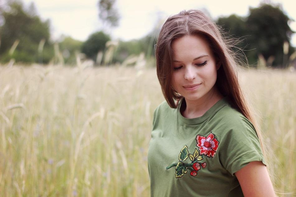 ☼ Zielony t-shirt z haftowanym motywem.