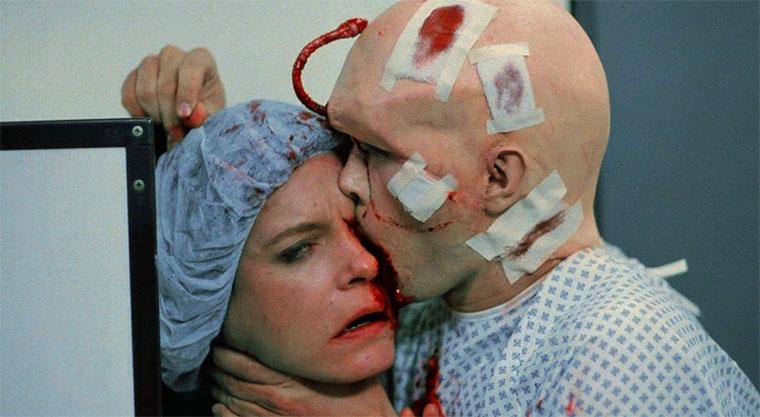 Carolyn Purdy-Gordon und Jeffrey Combs in FROM BEYOND (1986). Regie: Stuart Gordon. Quelle: Screenshot Shout! Factory Blu-ray (skaliert)