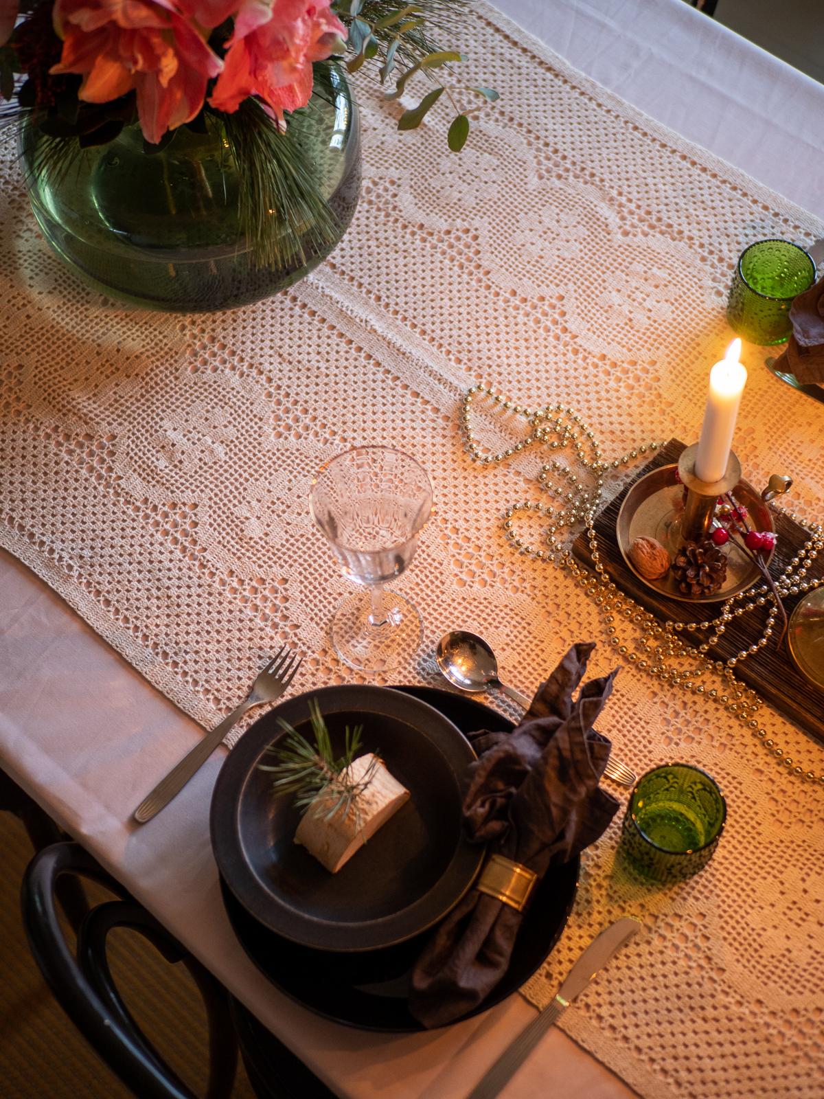 rustiikkkinen kattaus joulupöytään