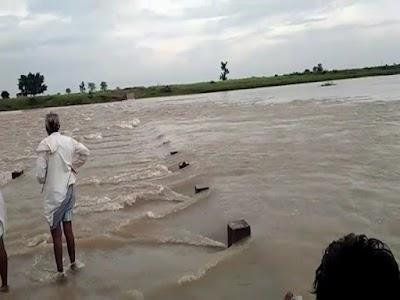सिंध नदी की तेज धार में दो लोग सहित बहा ट्रैक्टर, एक ने तैरकर बचाई जान, दूसरा लापता   Kolaras News