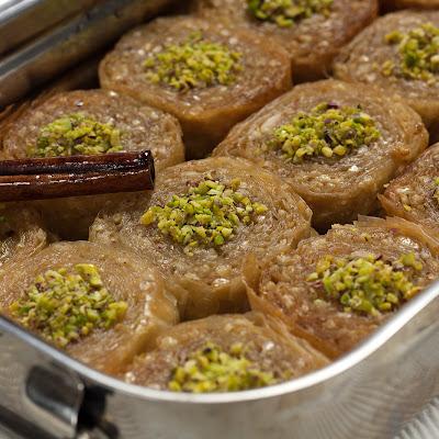 Grčki kolač saragli, umotana baklava sa puterom i lješnicima