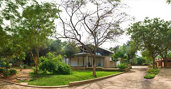 Auroville - a cidade sem classes sociais e políticos, onde todos ganham o mesmo salário - Img 1