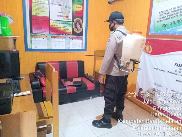 Minimalisir Covid-19, Polsek Karau Kuala Rutin Semprotkan Disinfektan di Lingkungan Mako