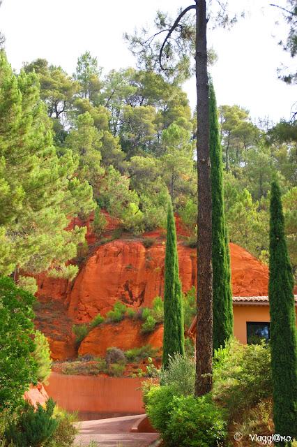 Tipico colore rosso accesso della terra di Roussillon