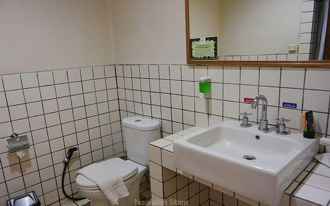 Mengintip bagian kamar mandi d'Emmerick Hotel