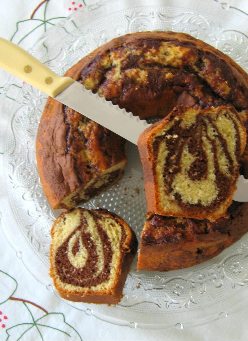 Bolo mármore da avó visto de cima com faca e duas fatias / Grandma's marble cake from above with a knife and two slices
