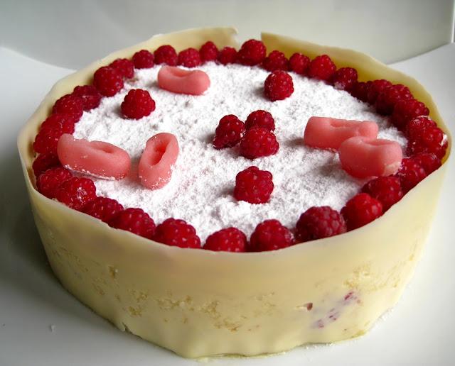 Gâteau magique à la framboise avec décoration danseuses