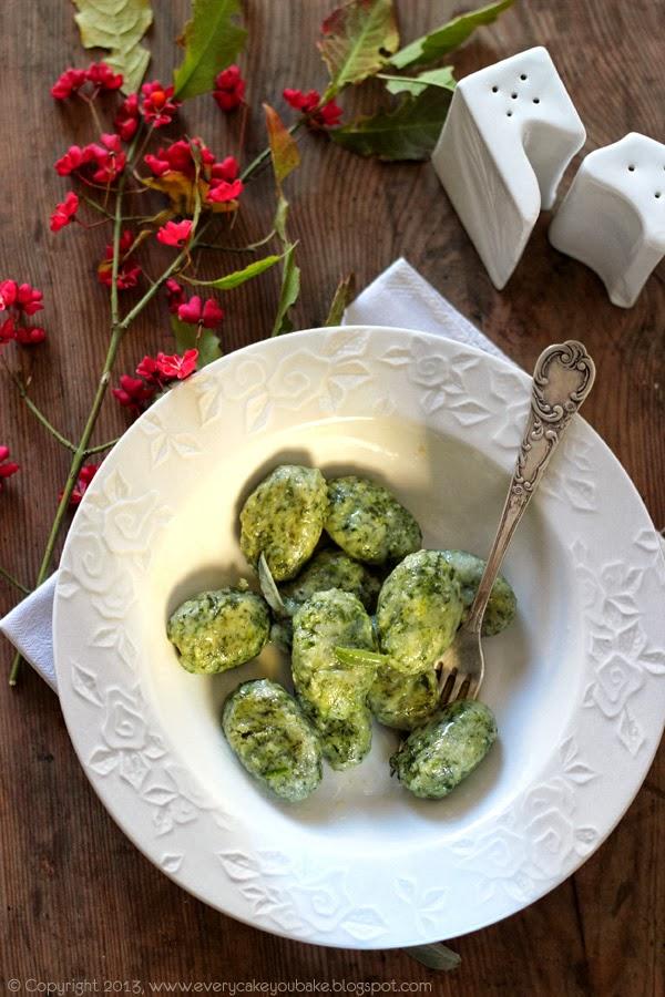 gnocchi scamiciati - gołe pierogi ze szpinakiem i masłem szałwiowym