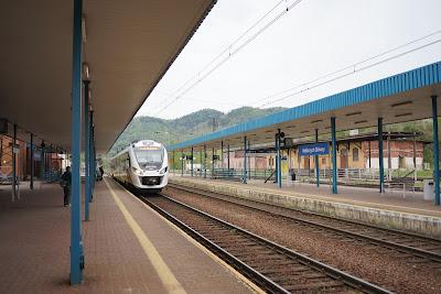Pociąg KD do Szklarskiej Poręby wjeżdża na stację Wałbrzych Główny