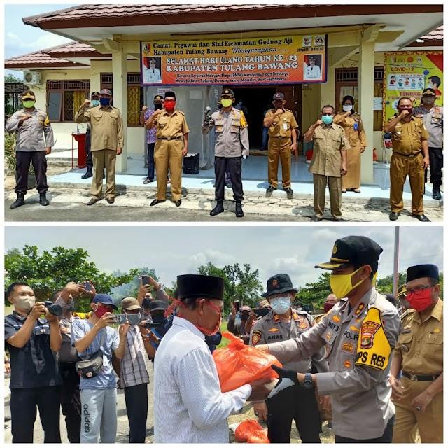 Kapolres Tulang Bawang Mewakili Bupati Hj Winarti SE MH, Berikan Bantuan 332 Paket Sembako Kepada Masyarakat Di 10 Kampung Wilayah Kecamatan Gedung Aji