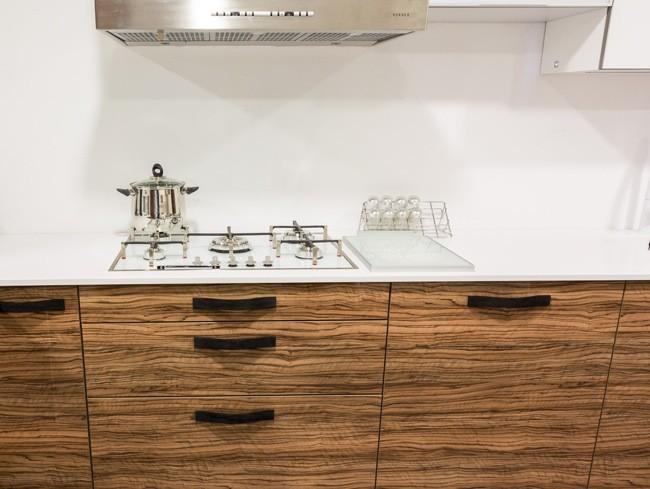 Marzua tiradores de madera para crear contrastes en - Tiradores de puertas de cocina ...