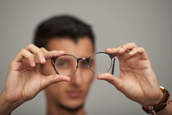 There Are 10 Eye Signs It's time to see your eye doctor