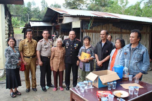 Kapolres Taput Bantu Keluarga Robinson Simanjuntak Korban Kebakaran