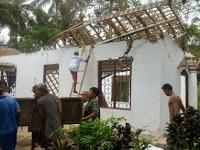 Umat Islam di Cilongkrang Cilacap Gotong Royong Bersihkan Gereja yang Roboh