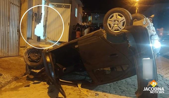 Jacobina: Carro capota após atingir outros dois veículos e casa no bairro Félix Tomaz