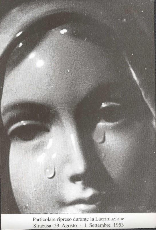 Nossa Senhora das Lágrimas de Siracusa, durante a lacrimação