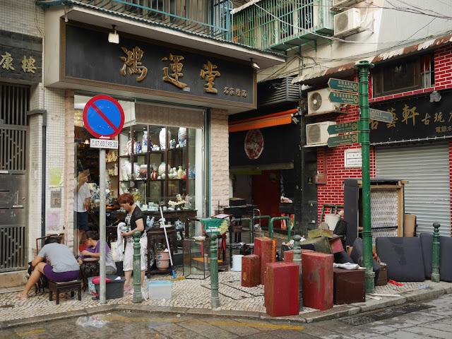 porcelain shop on Rua de Nossa Senhora do Amparo