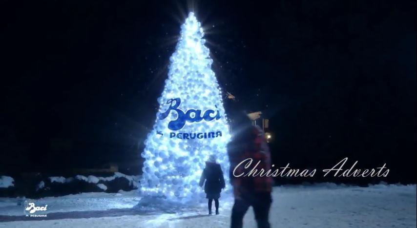 Canzone Baci Perugina pubblicità Laura Pausini con bambina che corre verso l'albero di natale - Musica spot Dicembre 2016