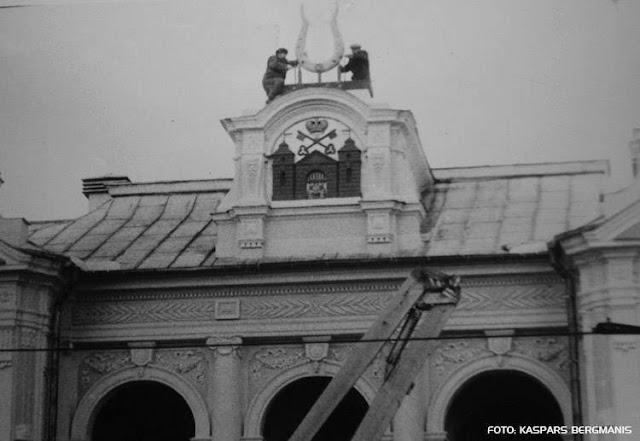 Ноябрь 1990 года. Рига. Идет замена герба ЛССР на Рижский герб и историческую символику на фасаде здания театра