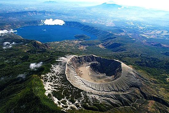 Coatepec es un hermoso lago color turquesa de origen volcánico, tan fruto de la cordillera volcánica que tiene a solo unos kilómetros al poniente el volcán Ilamatepec con una caldera interior del mismo color y viéndolos en línea recta no cabe duda que el lago es hijo directo del volcán